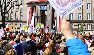 Protest nauczycieli przed MEN. Ministerstwo pozostaje głuche na ich postulaty