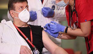 Szczepionka na COVID-19. Przed szczepieniem lekarz zawstydził dziennikarzy. Poszło o maseczki