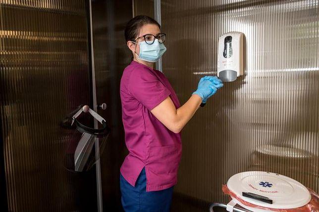 Śluza pomaga w metodycznej ochronie przez przenoszeniem wirusa na zewnątrz z oddziałów zakaźnych