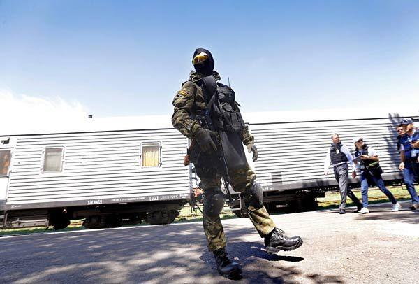 Pociąg z ciałami ofiar katastrofy zmierza do Charkowa