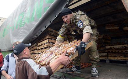Ukraiński żołnierz rozdaje żywność mieszkańcom odbitego z rąk rosyjskich separatystów Słowiańska.
