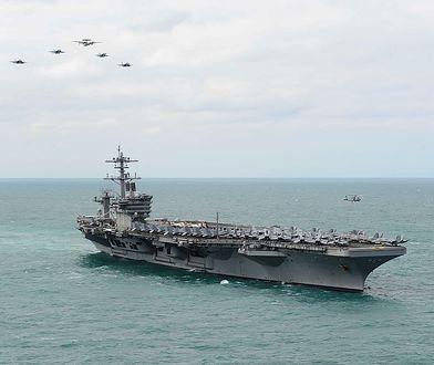 """USS Theodore Roosvelt w 2015 roku podczas """"prezentacji siły"""""""