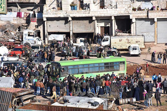 Mieszkańcy Aleppo czekają na ewakuację ze zniszczonego miasta.