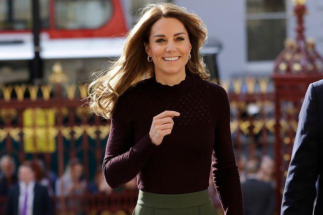 Kate Middleton w spodniach-kulotach. Są na wyprzedaży