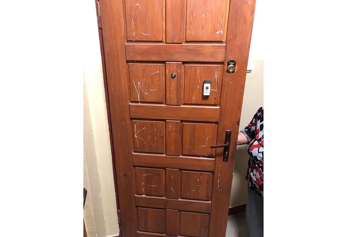 Zdewastowali drzwi niewidomej kobiety. To była radna PiS