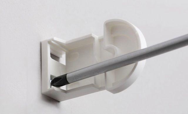 Montaż rolety. Krok 1: przykręć kątowniki do ściany lub sufitu