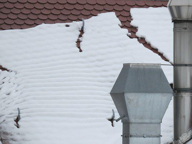 Karą za nieodśnieżanie dachów jest mandat od straży miejskiej, w wysokości 500 zł,  grzywna, a w skrajnych sytuacjach nawet ograniczenie lub pozbawienie wolności