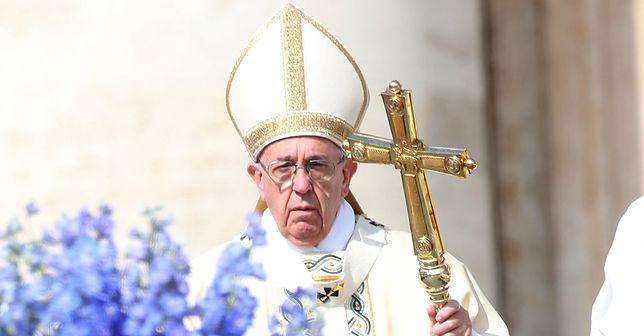 """Książka """"Papież dyktator"""" przedstawia papieża Franciszka w bardzo negatywnym świetle"""
