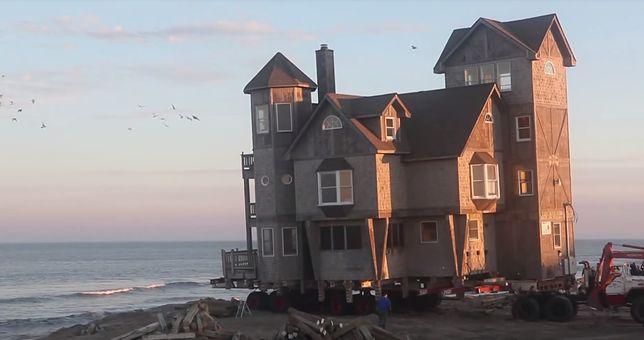 Dom prawie zatonął w oceanie. Waży 40 ton, ale i tak go przeniesiono