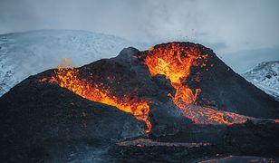 Islandia. Wleciał dronem do wulkanu podczas erupcji. Wideo hitem w sieci