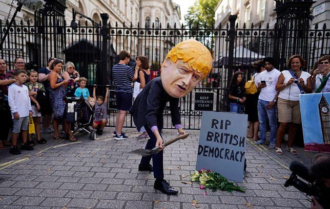 Krytycy premiera oskarżają go o zamach na brytyjską demokrację