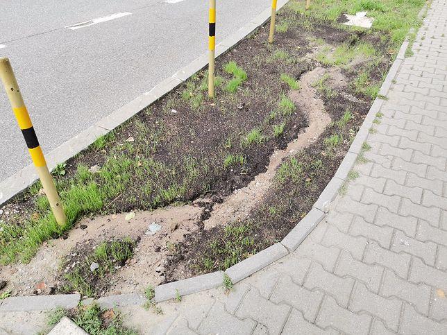 Katowice. Słupki i trawnik na ulicy Misjonarzy Oblatów nie przetrwały zbyt długo.