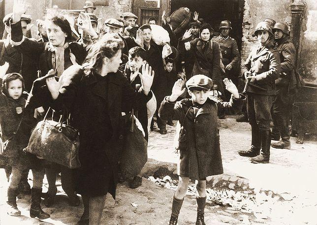 Fotografia wykonana między 19 kwietnia a 16 maja 1943 r. w czasie Powstania w Getcie Warszawskim