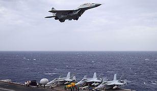 """Indyjski samolot pokładowy MIG-29K przelatujący nad lotniskowcem USS """"Nimitz"""" w czasie manewrów Malabar 2017 na wodach Zatoki Bengalskiej"""