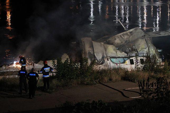 """Wrak spalonego statku """"Maristo"""" straszy na brzegu przy moście Łazienkowskim"""