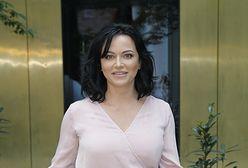 Izabela Małysz na planie spotu promującego ''Taniec z gwiazdami''. Postawiła na sukienkę podkreślającą talię