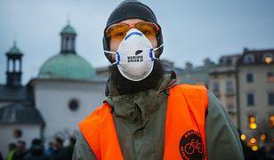 Jeszcze rok temu takie maski na krakowskich ulicach wydawały się koniecznością. Dziś jakość powietrza jest znacznie lepsza
