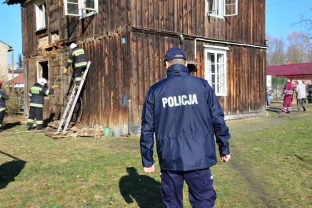 Policjanci z Konina uratowali dwie kobiety z pożaru. 65-latki spały, nie mając pojęcia, że grozi im niebezpieczeństwo