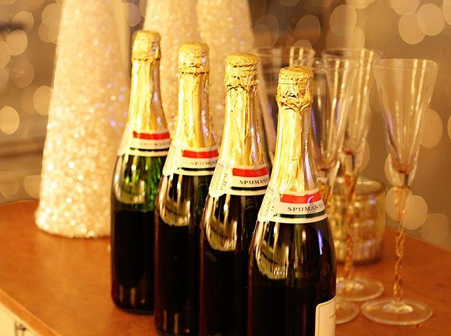 Podczas wydarzeń sylwestrowych często gościom serwowana jest lampa szampana