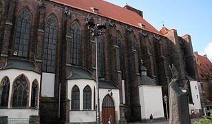 Ksiądz został ugodzony nożem przed kościołem