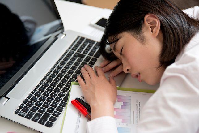 Japonia: epidemia niewyspania stanowi poważny problem dla gospodarki. Wprowadza się nagrody za wysypianie