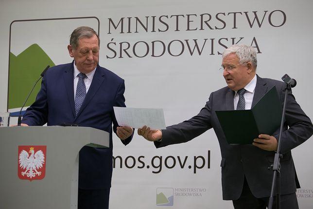 Kazimierz Kujda (na zdjęciu z ówczesnym ministrem środowiska Janem Szyszko) ma wsparci szefa resortu Henryka Kowalczyka.