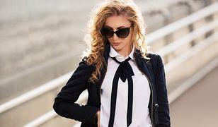 Biała koszula z czarną tasiemką to sposób na urozmaicenie stroju do biura