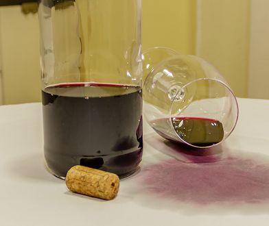 Jak pozbyć się plamy po czerwonym winie?