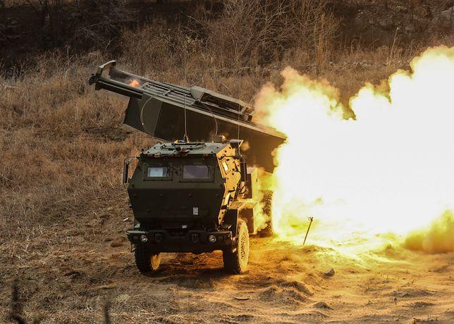 System rakietowy HIMARS w akcji. Polska zakupi od amerykanów nowoczesne systemy artylerii rakietowej