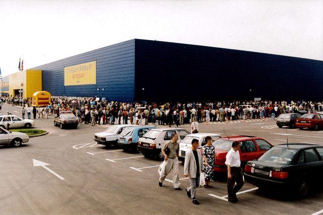 Klienci rozbijali namioty w oczekiwaniu na otwarcie. Ikea przypomniała zdjęcia sprzed 20 lat