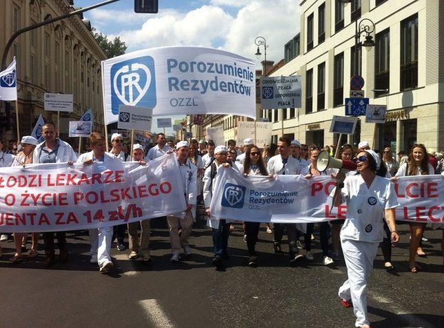"""Marsz oburzonych lekarzy rezydentów ruszył przez stolicę. """"Naszą pracę wycenia się na 14zł/h"""""""
