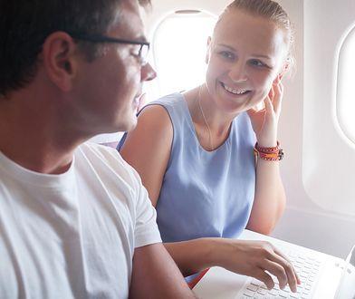 """W samolocie lecącym z Nowego Jorku do Dallas dwoje ludzie przypadło sobie do gustu. Sytuację relacjonowała """"na żywo"""" z tylnego siedzenia aktorka"""