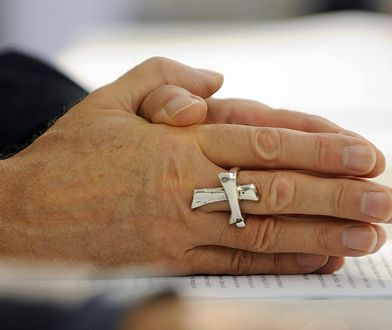 """Ksiądz zachęca do całowania duchownych w ręce. """"To dłonie chrystusowe"""""""