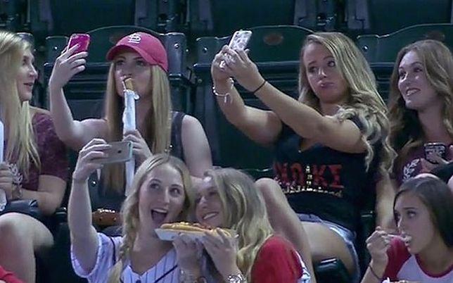 """Obśmiane za selfie na meczu. Gdzie słynne """"milczenie jest złotem""""?"""