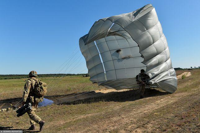 Spadochrony dla komandosów. Ćwiczenia spadochroniarzy pod Toruniem w 2016 r.