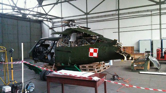 """Dwójka pilotów rannych, maszyna w stanie jak na zdjęciu a MON: """"zdarzenie lotnicze""""."""