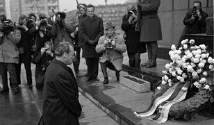 Kanclerz NRF Willy Brandt składa kwiaty pod pomnikiem poświęconym ofiarom żydowskiego getta w Warszawie. 7 grudnia 1970 r.