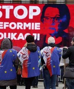 """""""Deforma"""" edukacji. Pikieta popierająca referendum ws. reformy. """"Nie dla nacjonalistycznej propagandy w nauce!"""""""