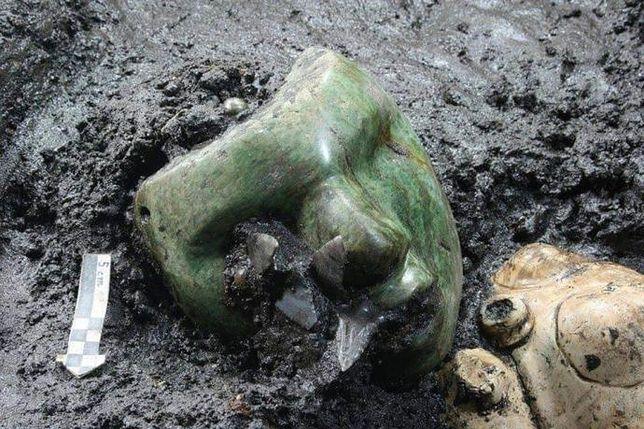 Serpentynowa maska odkryta u stóp Piramidy Słońca