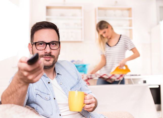 On czyta o finansach, ona - o modzie. ''To seksizm''