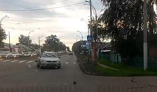 Kia po stłuczce z pojazdem uprzywilejowanym (fot. YouTube)