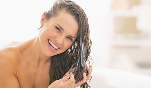 Odżywki do włosów możesz zostawić na pasmach na całą noc i rano spłukać głowę
