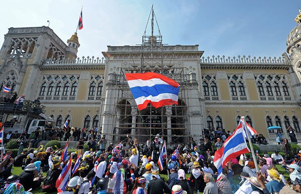 Tłum demonstrantów przed siedzibą rządu w Bangkoku