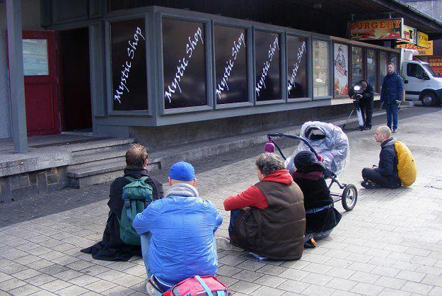 Poznaniacy medytowali przed sklepem z dopalaczami na ul. Głogowskiej