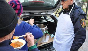 Warszawa. Strażnicy rozlali bezdomnym ponad 3 tys. litrów zupy