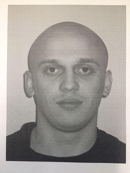 Uciekł z konwoju w kajdankach gubiąc buty. Policja szuka 27-latka
