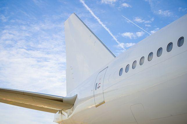 Samolot pomalowany na biało - zdjęcie ilustracyjne