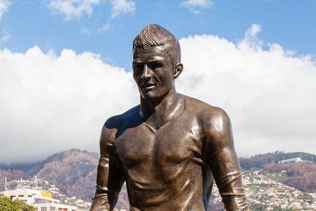 Mierząca blisko 3,5 metra statua waży 800 kg i została wykonana przez lokalnego artystę, Ricardo Veloza