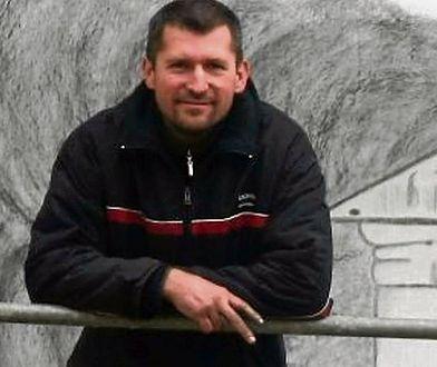 Sebastian Krawczak na tle swojego dzieła