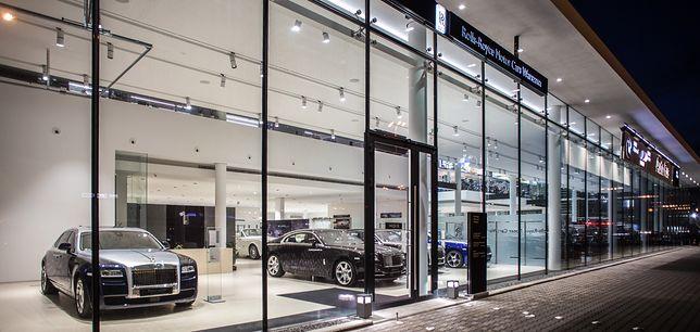Rolls-Royce w górę, ferrari w dół